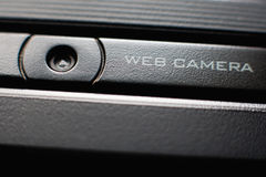 Slut för rengöringsdukkamera upp på bärbara datorn royaltyfri bild