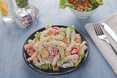 Slut för sås för tomat för filé för höna för avokado för pasta för Caesar sallad upp arkivfoto