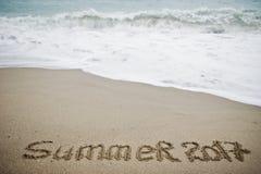 Slut för sommar 2017 Det nya året 2018 är det kommande begreppet Hav och sand Fotografering för Bildbyråer