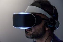 Slut för Sony VR hörlurar med mikrofonMorpheus sida upp Arkivfoton