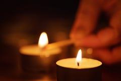 Slut för stearinljus för kvinnahandinställning upp Royaltyfria Foton