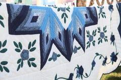 Slut för täcke Amish för blå stjärna upp av modellen som hänger på linje i Delaware Royaltyfria Bilder