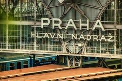 Slut för tecken för Prague drevstation upp royaltyfri bild