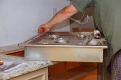 Slut för ugn för gas för nytt hus för reparation för anordning för gas för installation för gasspis upp Arkivfoto