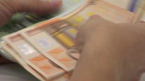slut 4K upp händer som räknar euroräkningar av femtio och hundra R?kningspengar arkivfilmer