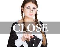 Slut som är skriftligt på den faktiska skärmen den sexiga sekreteraren i en affärsdräkt med exponeringsglas, pressar knäppas på f Arkivbilder
