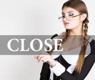 Slut som är skriftligt på den faktiska skärmen den sexiga sekreteraren i en affärsdräkt med exponeringsglas, pressar knäppas på f Royaltyfria Bilder