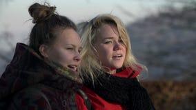 Slut som skjutas av två unga kvinnor lager videofilmer