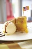 Slut upp äppelpaj- och vaniljicecream Arkivfoton