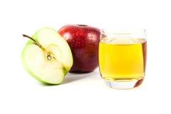 Slut upp äpplet och fruktsaft Arkivfoto