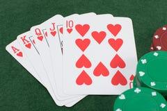 Slut upp över huvudet sikt av att spela kort på tabellen Arkivfoton