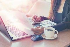 Slut upp affärskvinnan som arbetar på en coffee shop Arkivbild