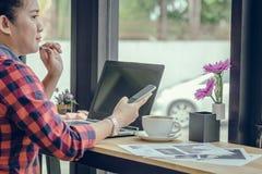 Slut upp affärsmän som arbetar på en coffee shop Arkivfoto