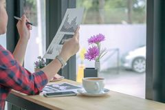 Slut upp affärsmän som arbetar på en coffee shop Fotografering för Bildbyråer