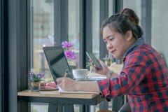 Slut upp affärsmän som arbetar på en coffee shop Royaltyfria Bilder
