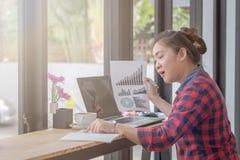 Slut upp affärsmän som arbetar på en coffee shop Royaltyfria Foton