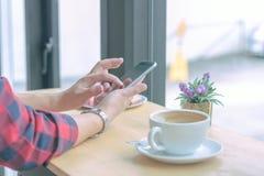 Slut upp affärsmän som arbetar på en coffee shop Royaltyfri Bild