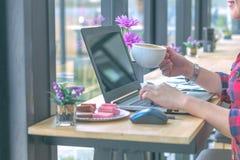 Slut upp affärsmän som arbetar på en coffee shop Arkivbild