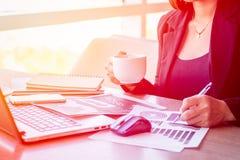 Slut upp affärsmän som arbetar på en coffee shop Arkivfoton