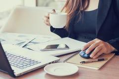 Slut upp affärsmän som arbetar på en coffee shop Royaltyfri Foto
