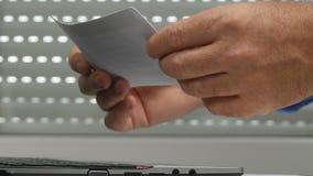 Slut upp affärsmanhänder som i regeringsställning söker i rum för betalningdokument lager videofilmer