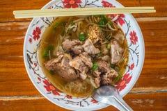 Slut upp asiatisk soppa för stilgrisköttnudlar arkivbilder