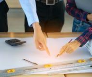 Slut upp att arbeta för arkitekthänder Arkivfoto