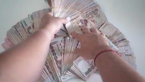 Slut upp att räkna för händer av pengar för thailändsk baht för thousansds Slut upp mänsklig räknande thailändsk sedel, richmanrä arkivfilmer