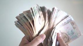 Slut upp att räkna för händer av pengar för thailändsk baht för thousansds Slut upp mänsklig räknande thailändsk sedel, richmanrä stock video