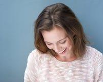 Slut upp attraktivt skratta för äldre kvinna arkivbild