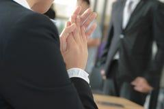 Slut upp av affärsmän som skakar handen Arkivfoton