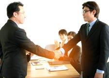 Slut upp av affärsmän som skakar handen Arkivbilder