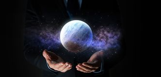 Slut upp av affärsmannen med planethologrammet arkivbild