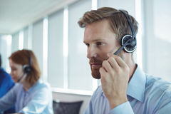 Slut upp av affärsmannen som använder hörlurar med mikrofon royaltyfria bilder