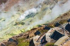 Slut upp av aktiva sulphurlufthål av Owakudani, Japan Arkivfoto