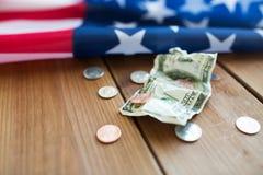Slut upp av amerikanska flaggan och pengar Arkivfoton