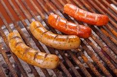 Slut upp av att grilla korvar på grillfestgaller BBQ i trädgården Bayerska korvar royaltyfri bild