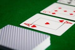 Slut upp av att spela kort på yttersida för grön tabell Royaltyfri Fotografi