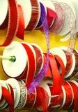 Slut upp av bandet för julgåvasjal Arkivbilder