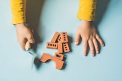 Slut upp av barns händer som spelar med verkliga små lerategelstenar på Arkivbild