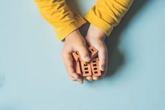Slut upp av barns händer som spelar med verkliga små lerategelstenar på Royaltyfri Fotografi