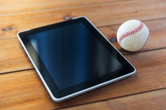Slut upp av baseballboll- och minnestavlaPC:n på trä Royaltyfria Foton