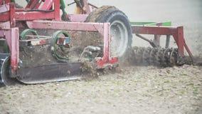 Slut upp av bonden som odlar fältet genom att använda harv - slowmotion fors lager videofilmer