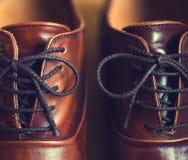 Slut upp av bruna lädermäns skor Arkivfoto