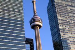 Slut upp av CN-tornet mellan två kontorsbyggnader i downtow Royaltyfri Fotografi