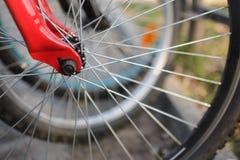 Slut upp av cykelhjul arkivfoto