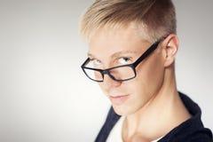 Slut upp av den attraktiva manen som ha på sig exponeringsglas. Arkivbild