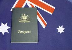 Slut upp av den australiska södra korsetflaggan med passet Arkivbild