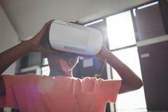 Slut upp av den bärande virtuell verklighetsimulatorn för pojke royaltyfria bilder