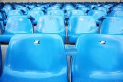 Slut upp av den blåa åskådarläktaren för fans Arkivbild